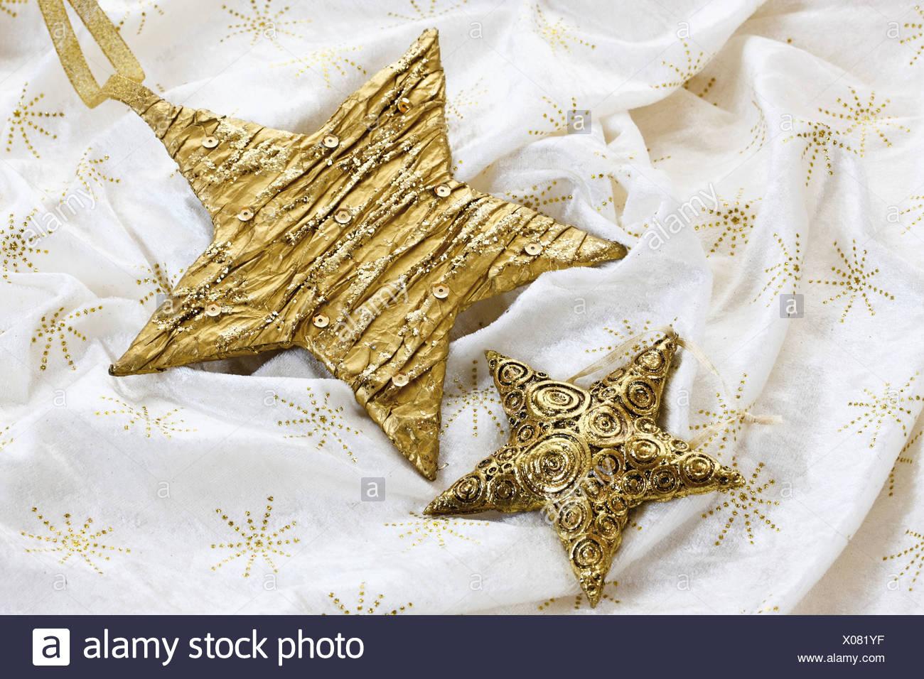 Decoración de Navidad, estrellas doradas sobre un mantel. Imagen De Stock