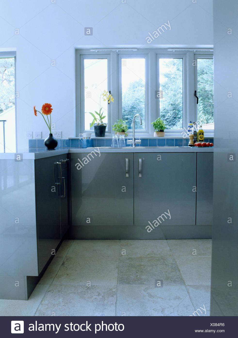 Las unidades montadas de color gris pálido y suelos de piedra caliza en la  moderna cocina df10641df7c6