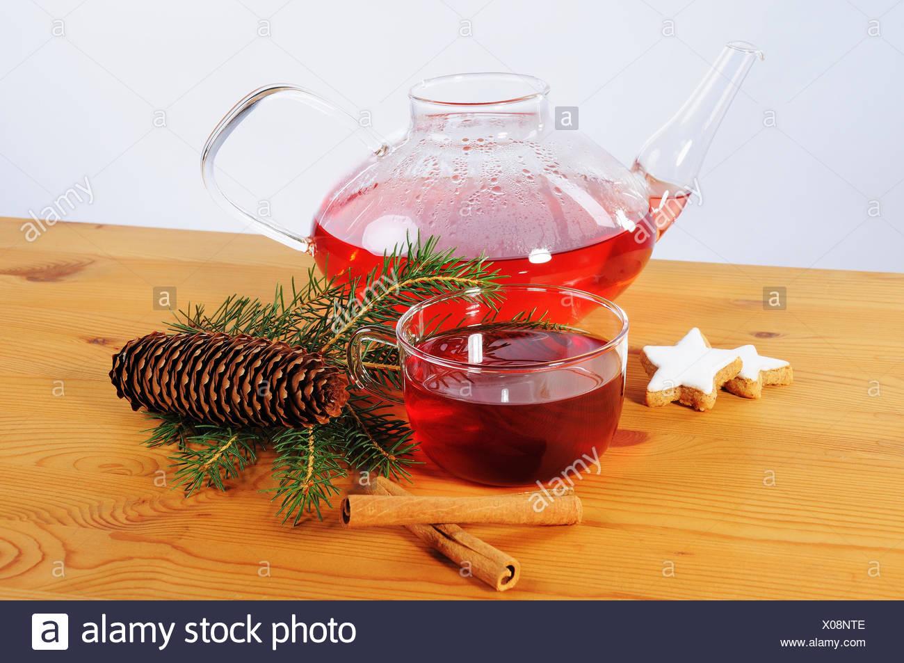 Tee Tasse, Teekanne und Dekoration auf Holztisch Adviento Foto de stock