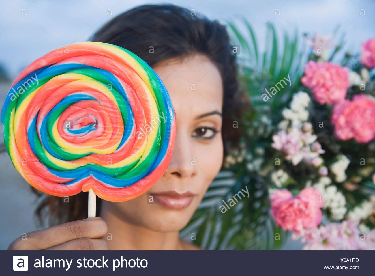 Retrato de una joven mujer sosteniendo un caramelo Imagen De Stock