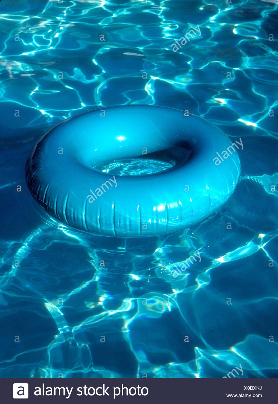 Aqua innertube con piscina reflexiones Imagen De Stock