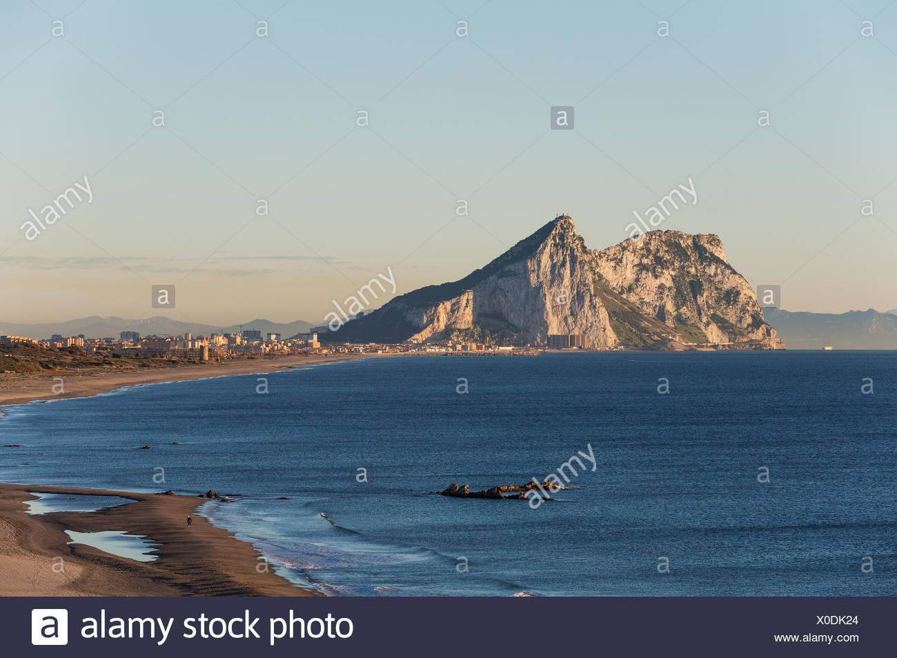 Vista del Peñón de Gibraltar y la linea de la Concepcion como se ve desde la costa mediterránea, en la luz de la mañana temprano Foto de stock
