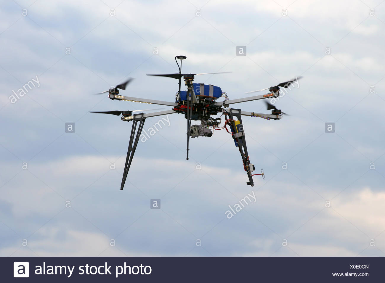 Drone volando en el cielo con cámara digital montada Imagen De Stock