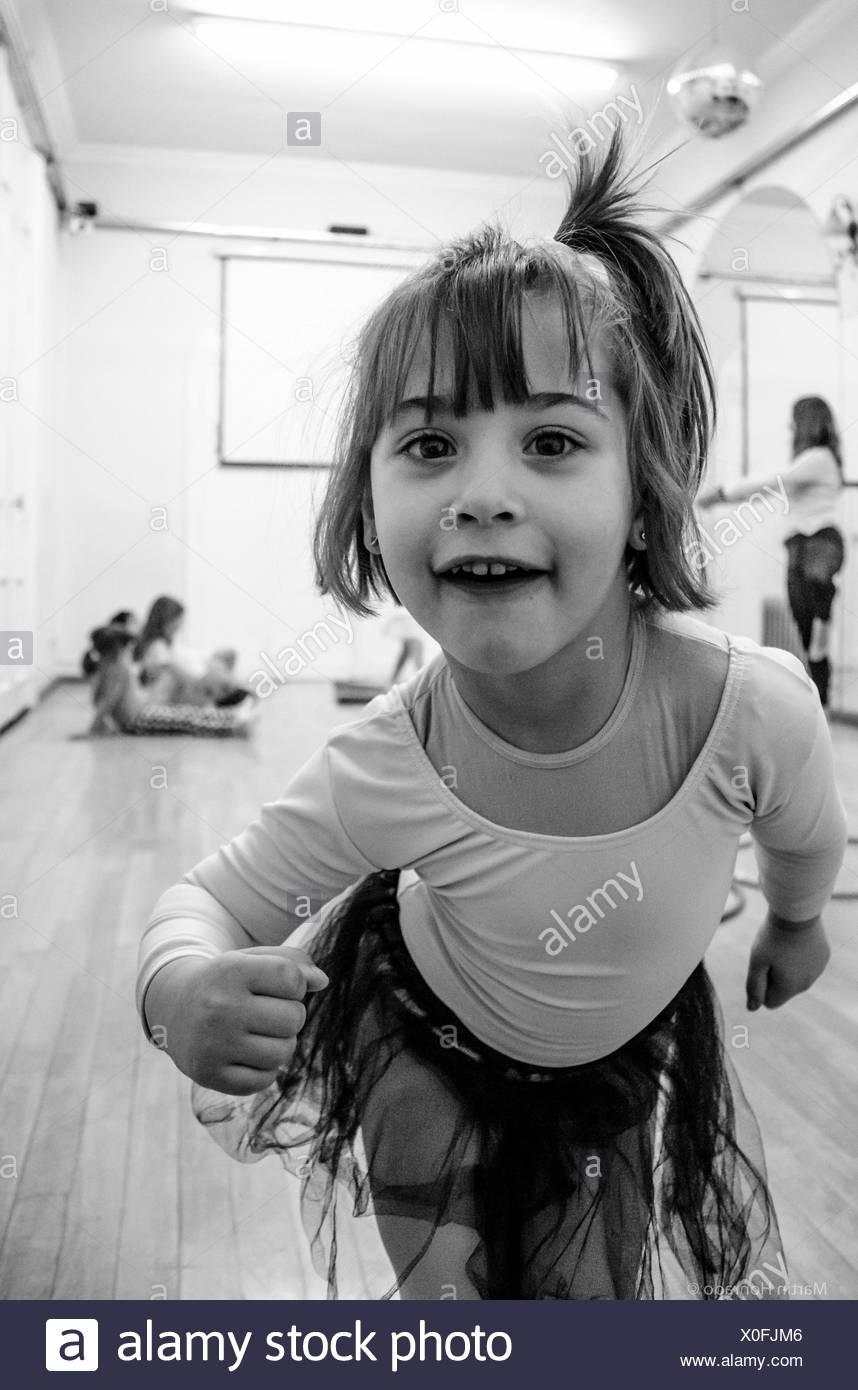Retrato de linda chica haciendo cara a Studio Foto de stock