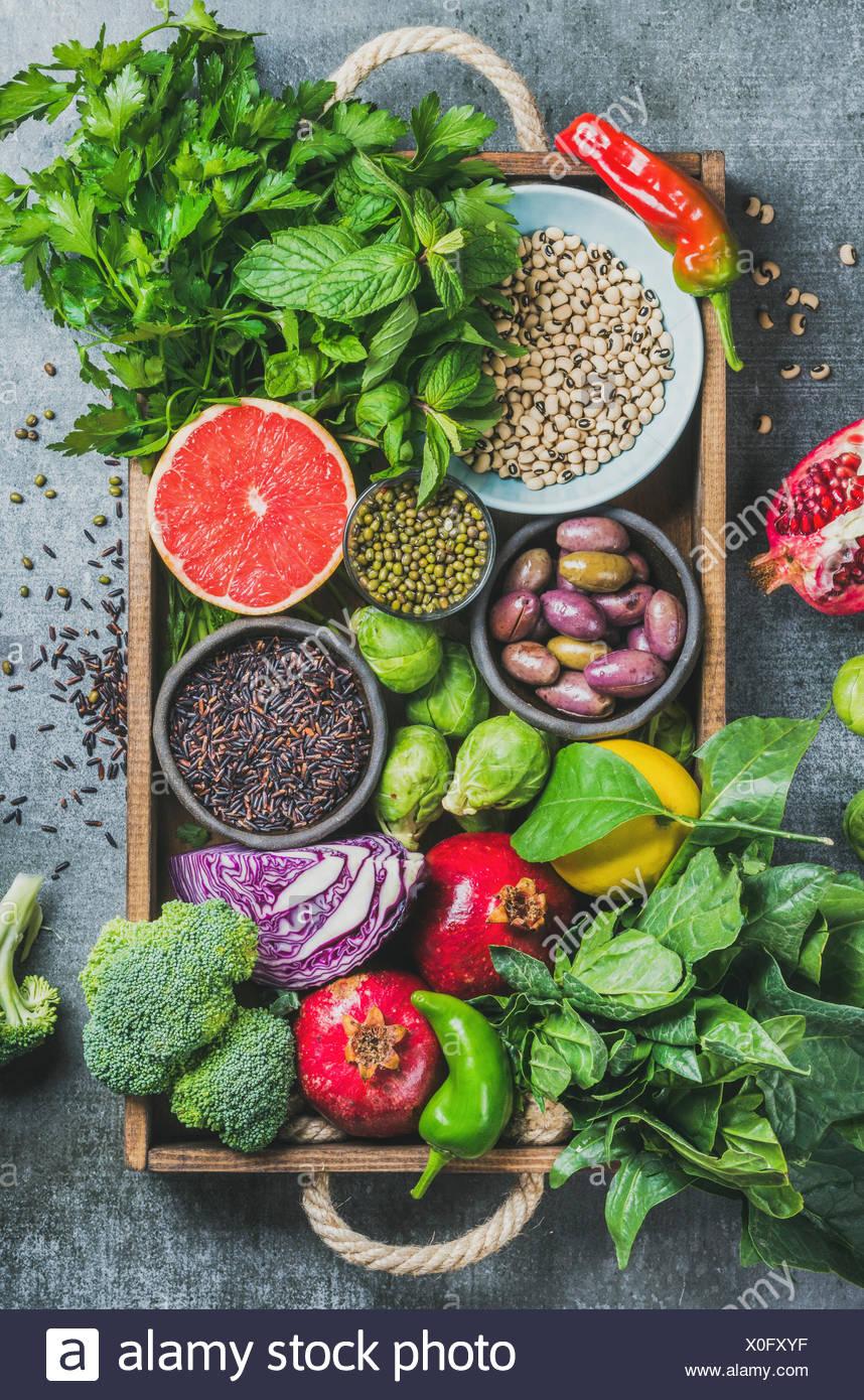 Verduras frescas y frutas, semillas, cereales, legumbres, especias, fuentes alimenticias, hierbas condimento en caja de madera para veganas, simpático, limpio de alergia de comer y r Imagen De Stock