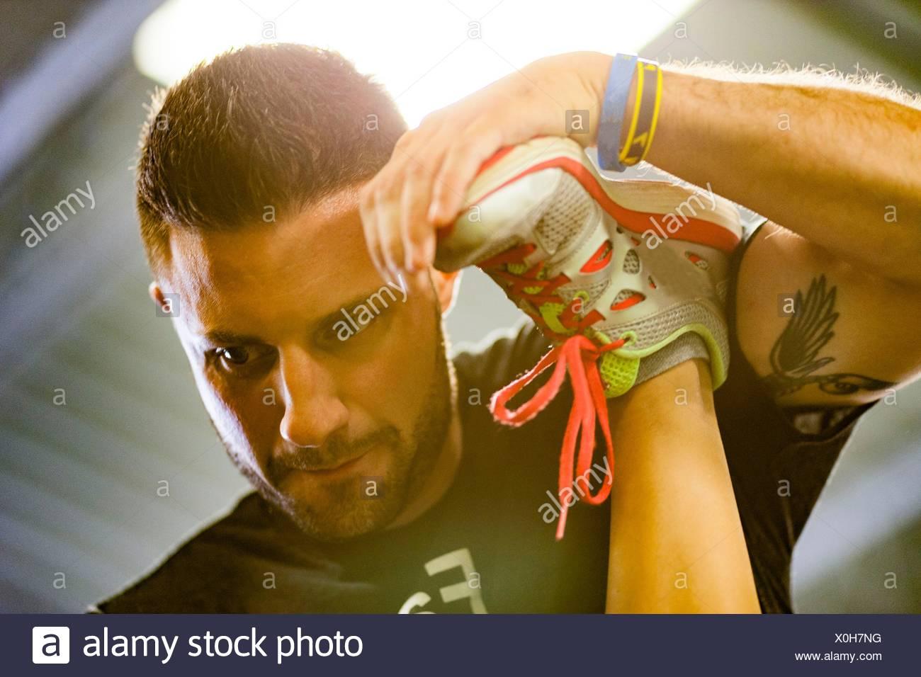 Entrenador personal trabajan con la mujer en el gimnasio Imagen De Stock