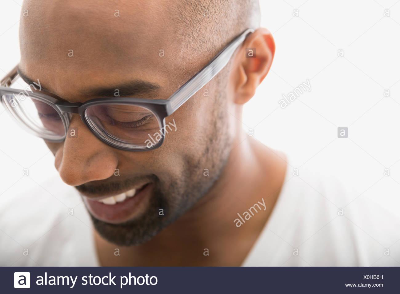 Cerca del hombre en anteojos mirando hacia abajo Imagen De Stock