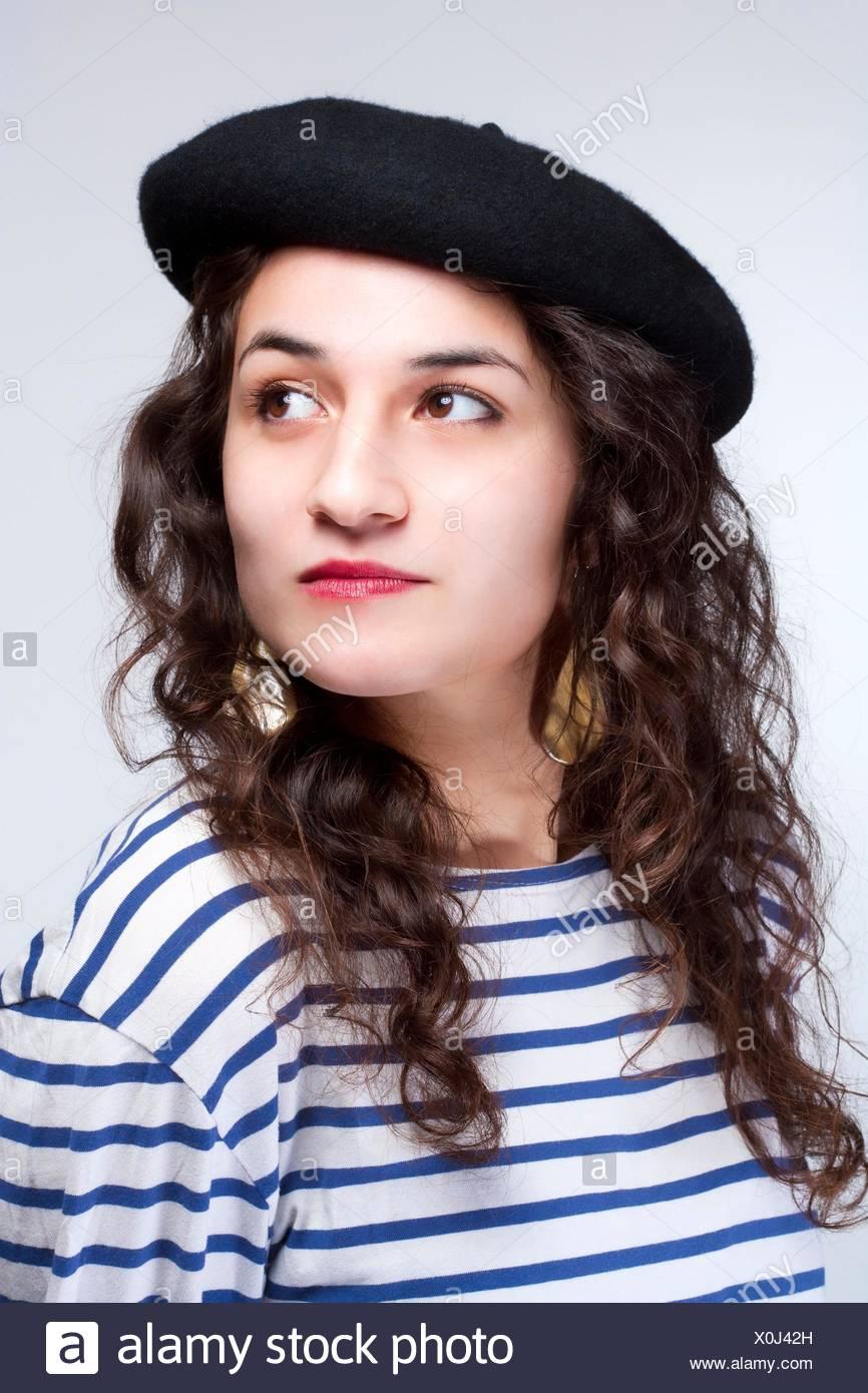 Mujer joven con boina estilo francés sombrero y camiseta de rayas. Imagen  De Stock b65410e5638