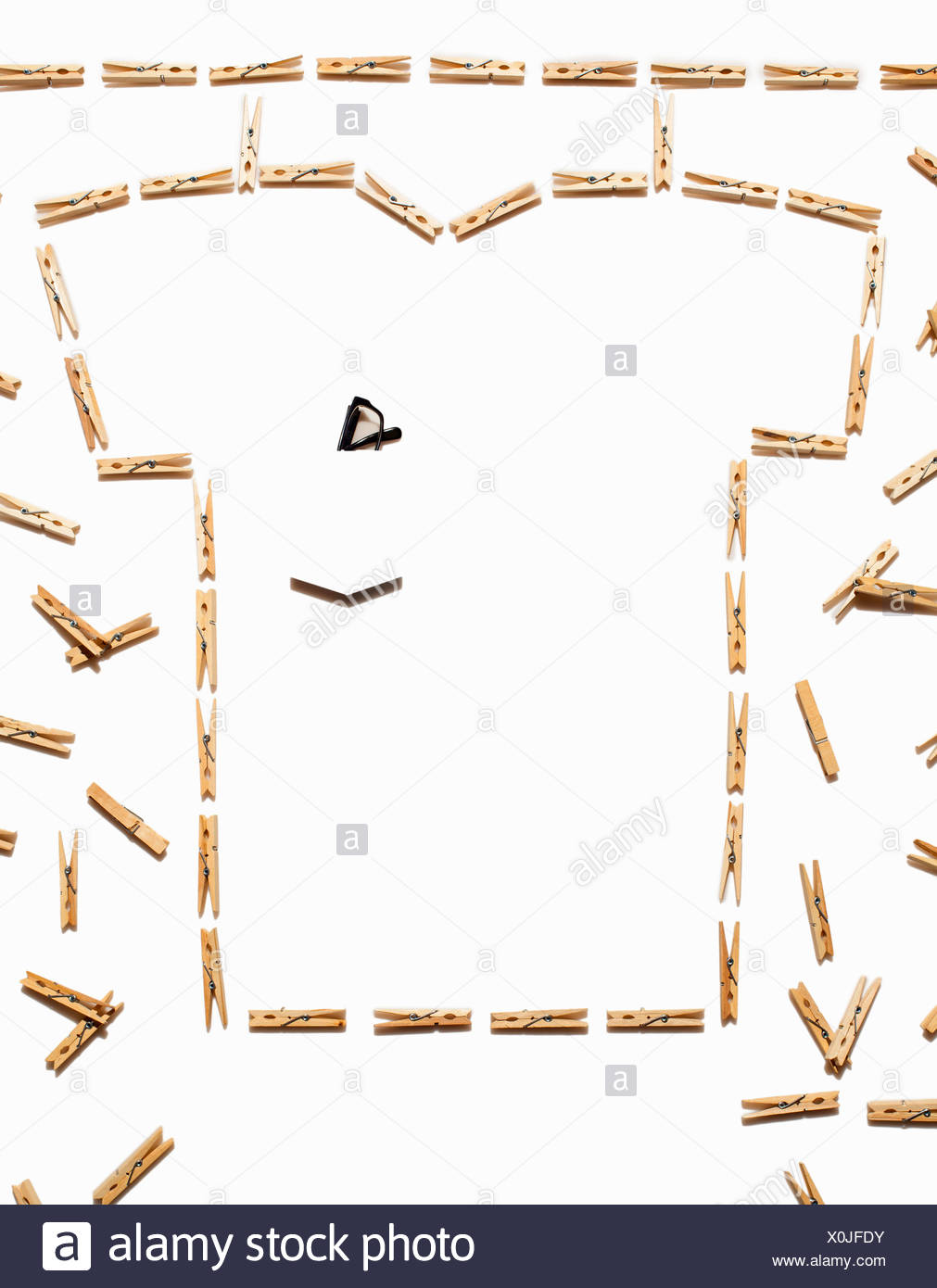 Tshirt blanco esbozadas con broches sobre fondo blanco. Imagen De Stock
