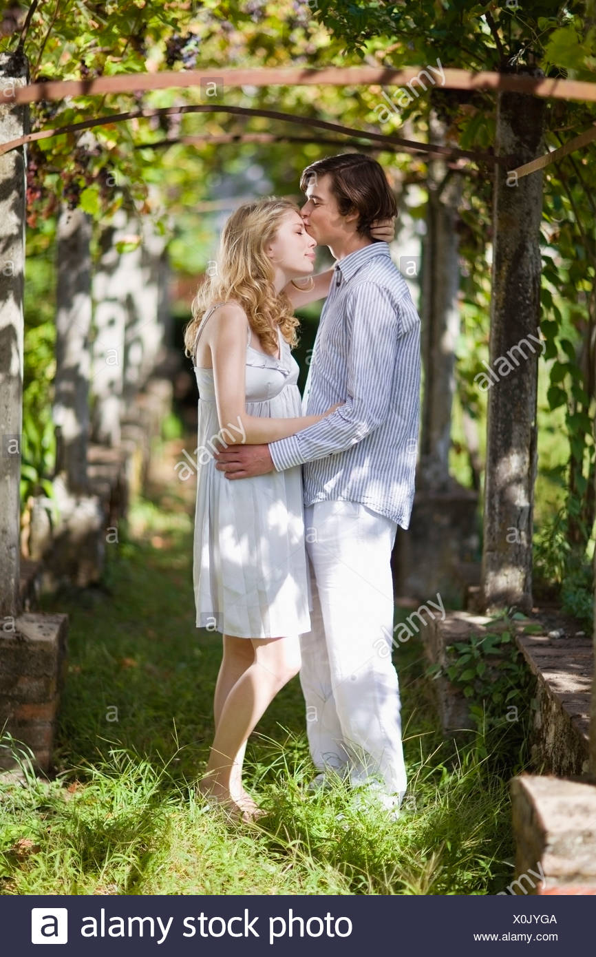 Besos chico chica en el jardín Imagen De Stock