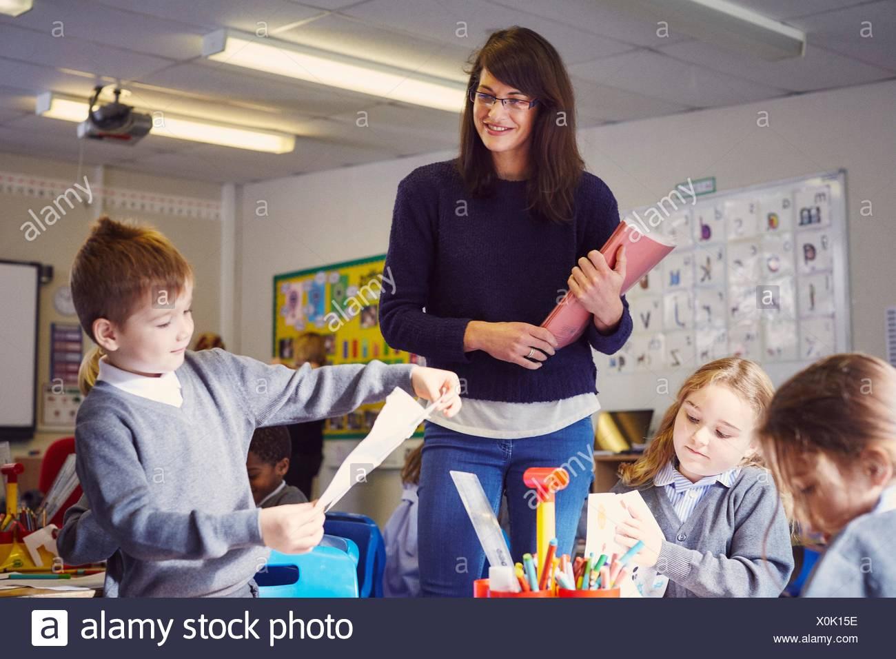 Profesora con niños en las aulas de la escuela elemental de dibujo Imagen De Stock