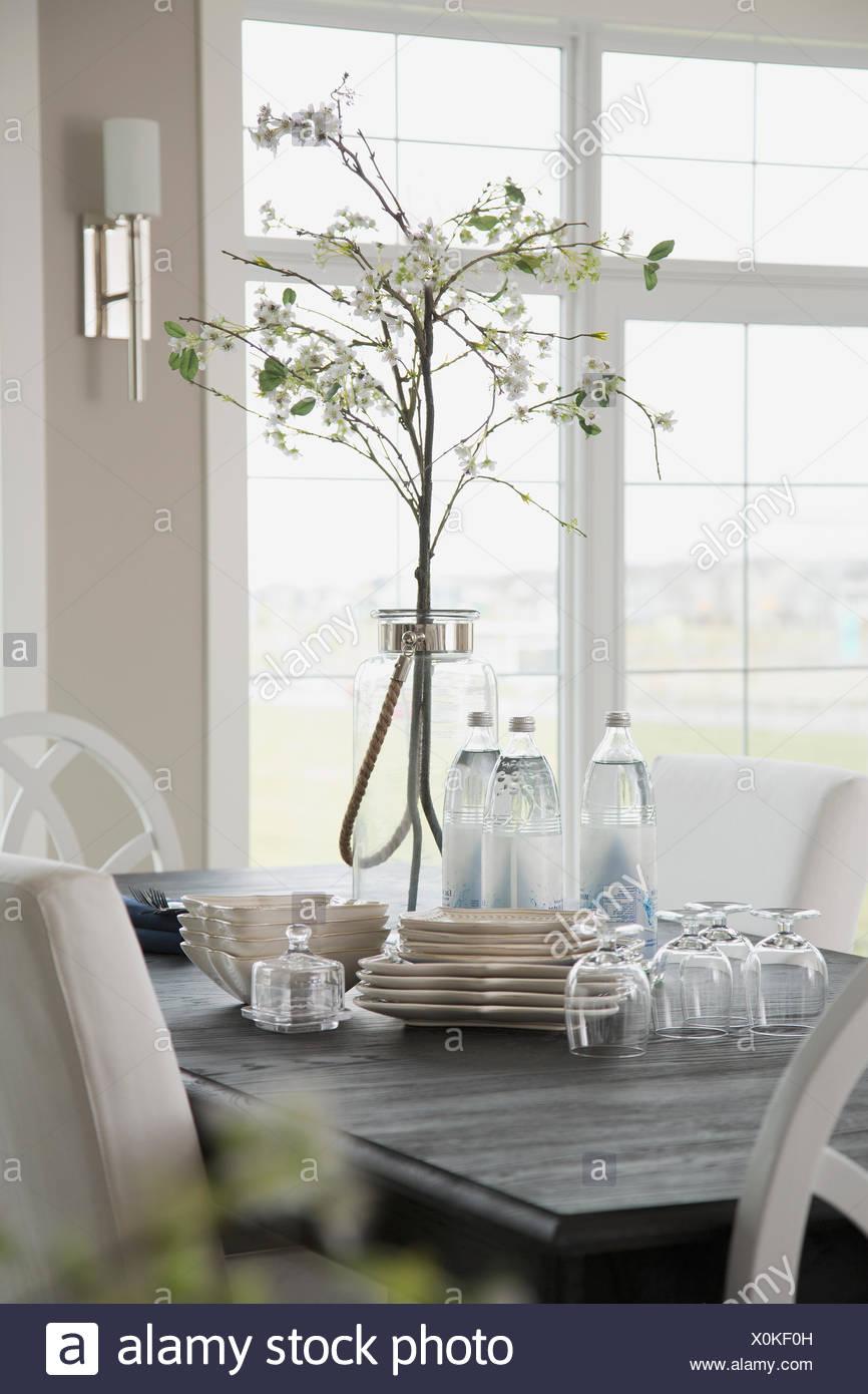 Mesa de comedor con platos y copas. Imagen De Stock