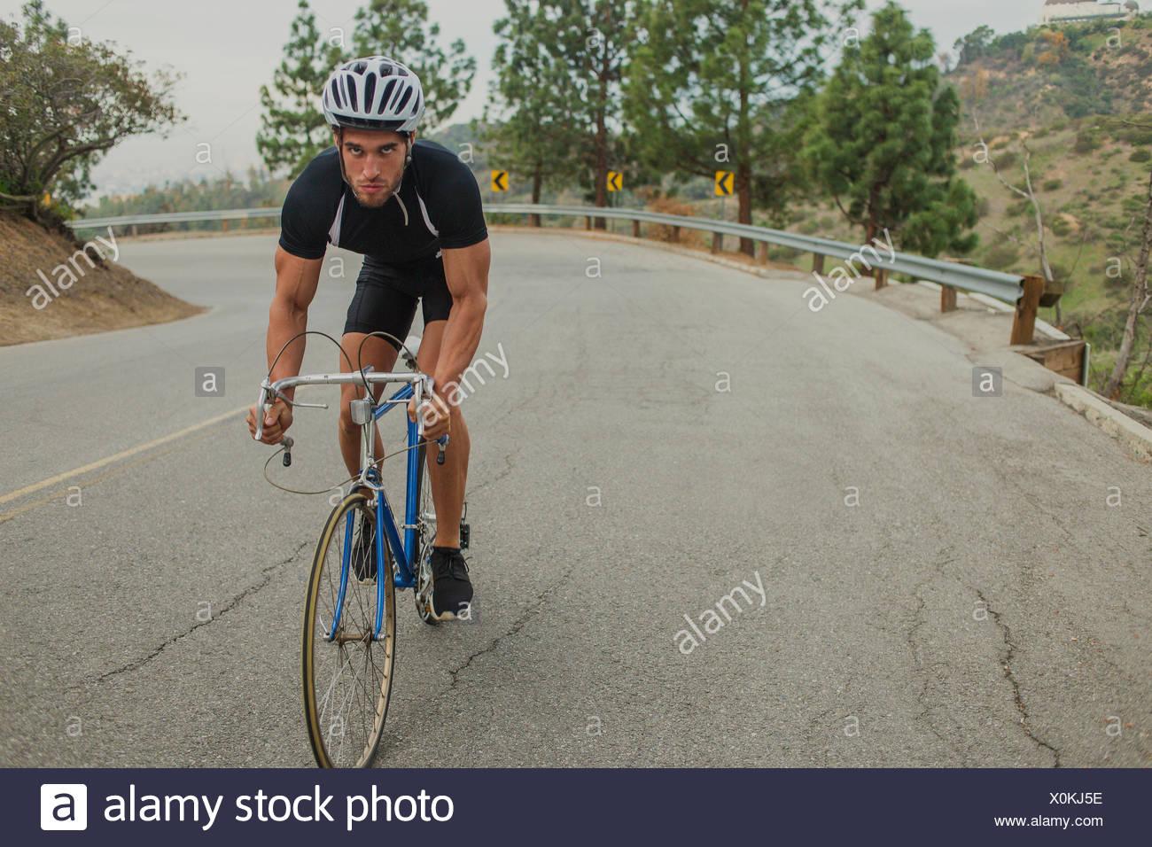 Ciclista en carretera ascendente Imagen De Stock