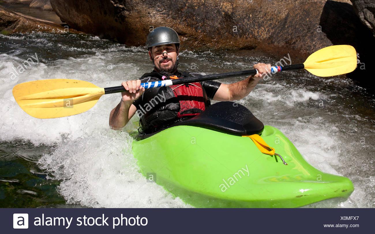 Hombre kayaks en Río fluyendo sobre Wilson Creek, NC. Foto de stock