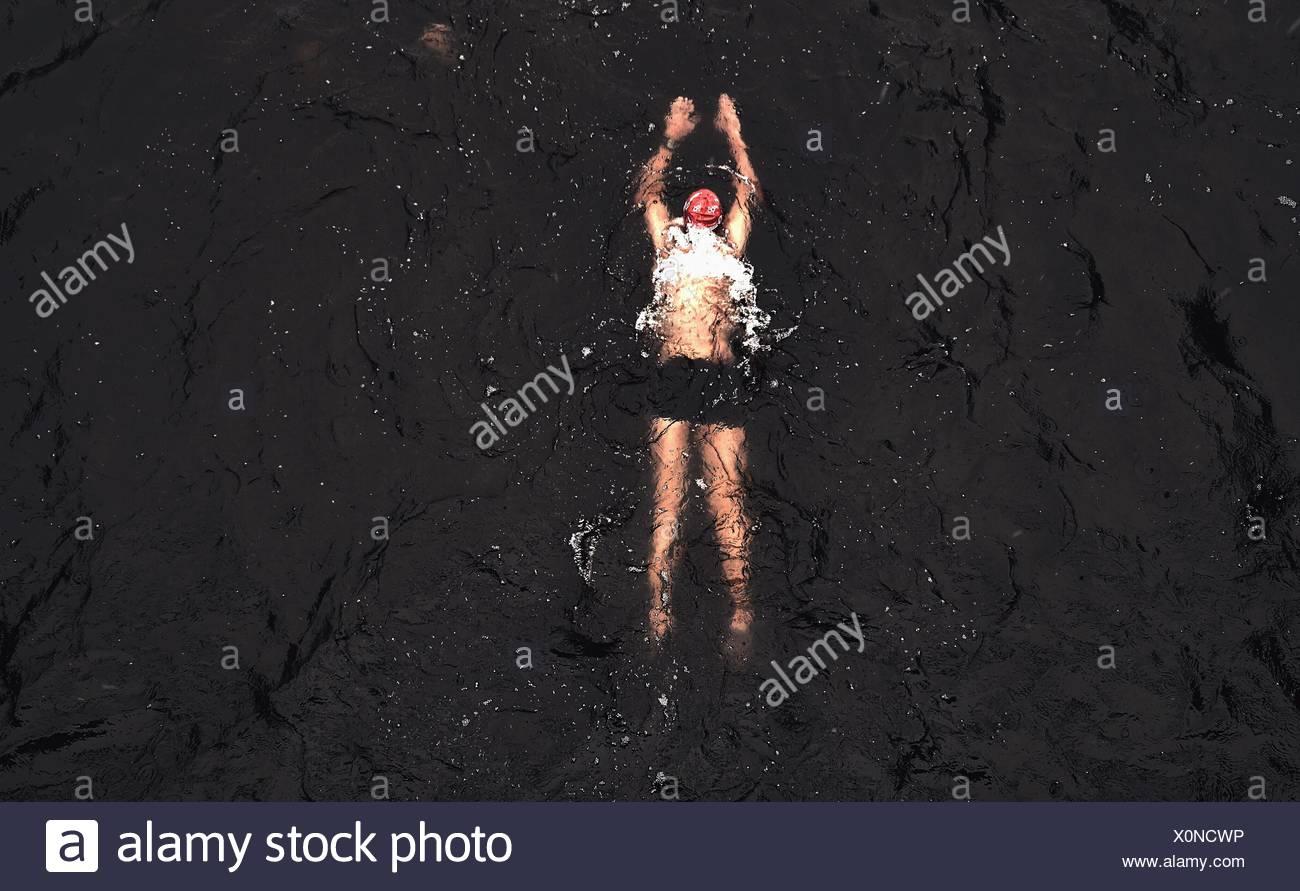 Un alto ángulo de visualización de la persona nadar en el agua Imagen De Stock