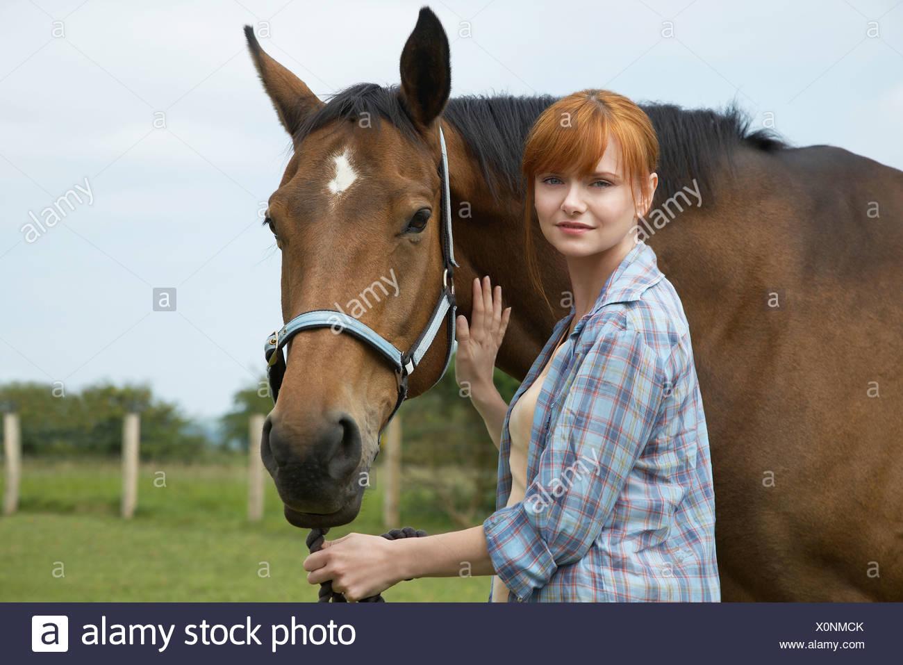 La mujer a caballo en el campo, Retrato Foto de stock