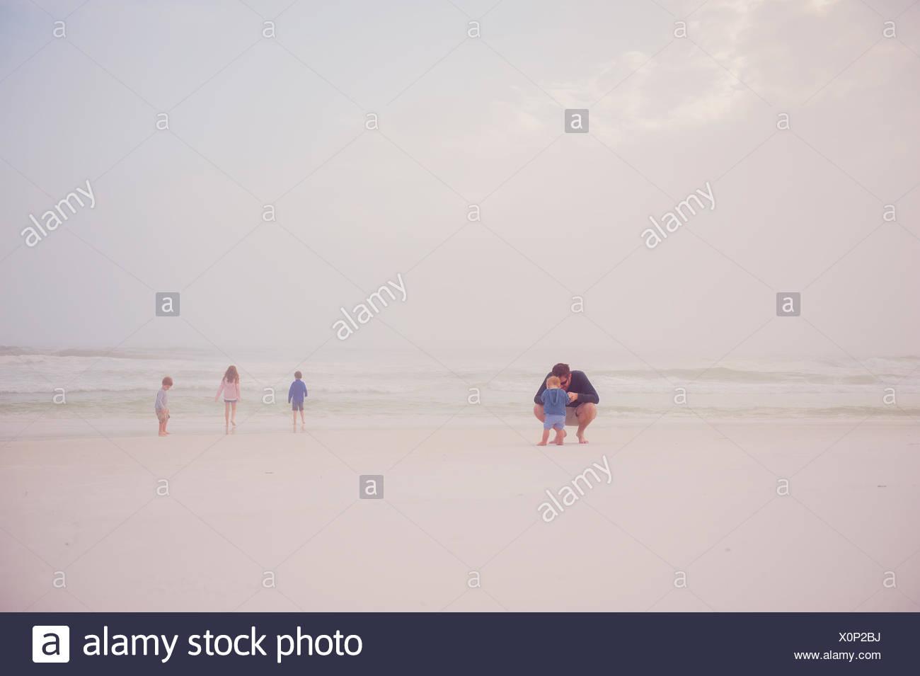 En una playa familiar Imagen De Stock