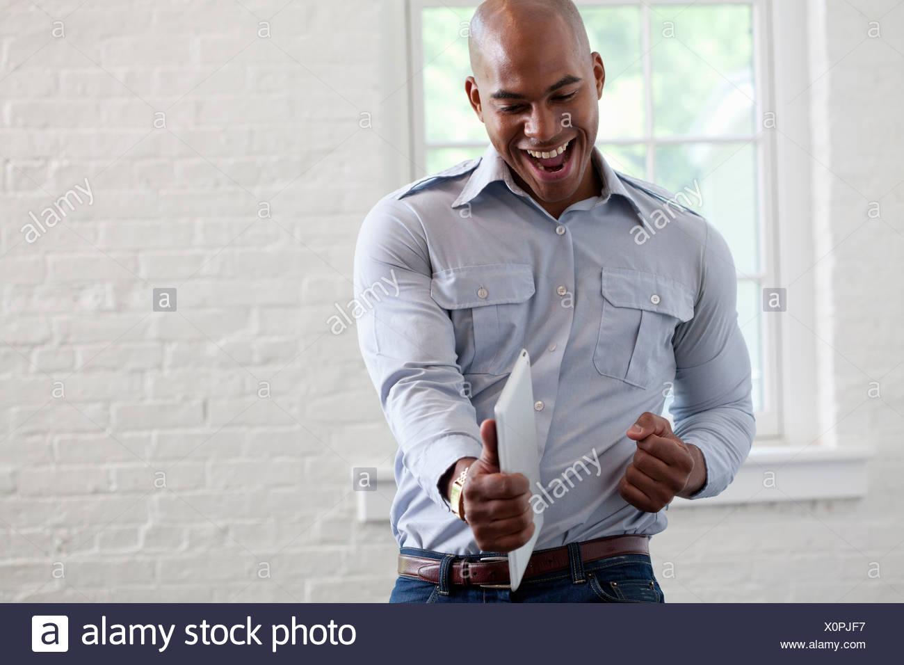 A mediados adulto trabajador de oficina digital holding y de perforación de aire comprimido Imagen De Stock