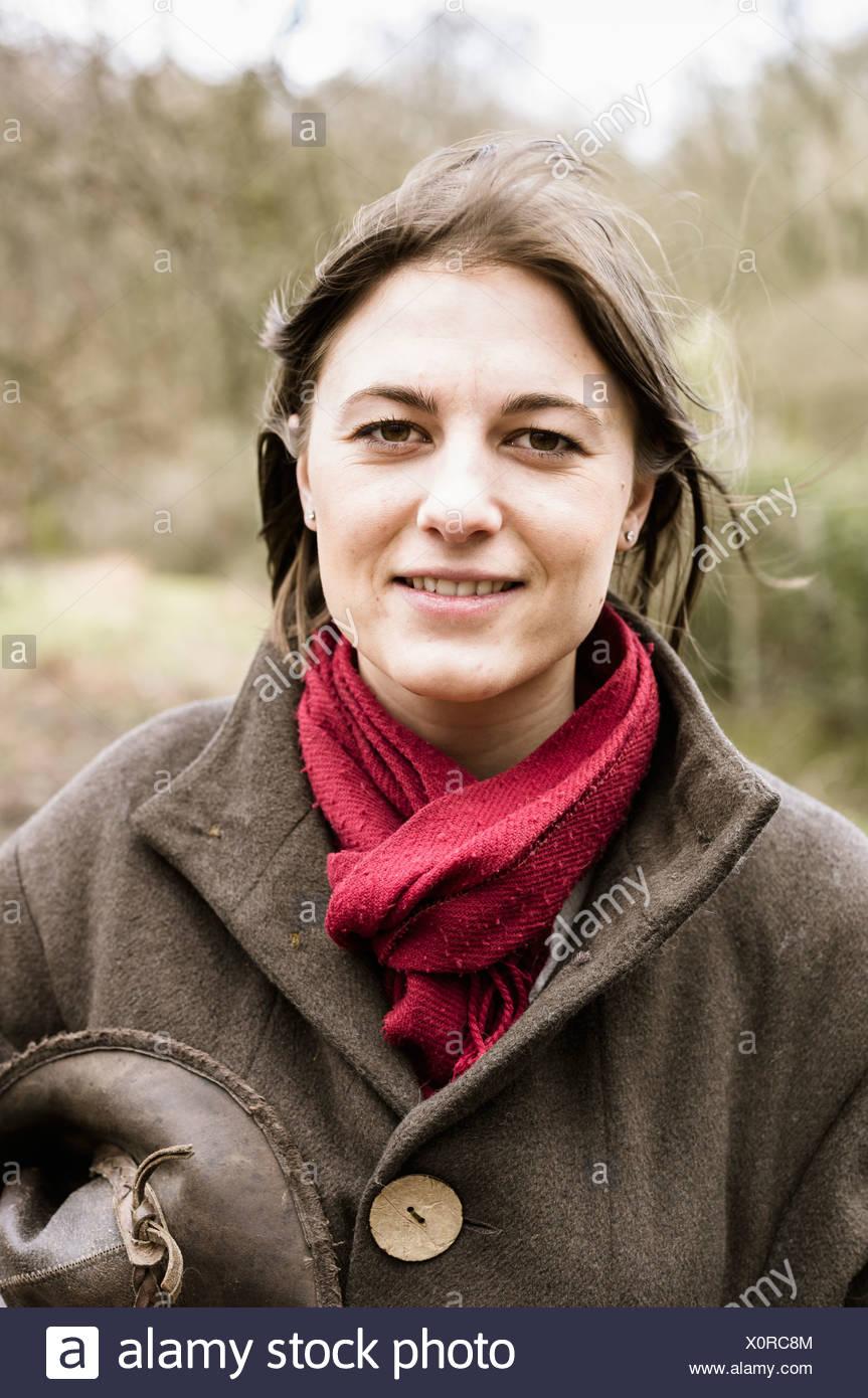 Una joven en un pañuelo y la capa exterior. Imagen De Stock