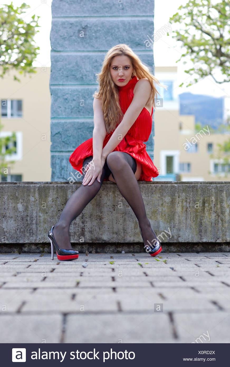Medias negras y vestido rojo