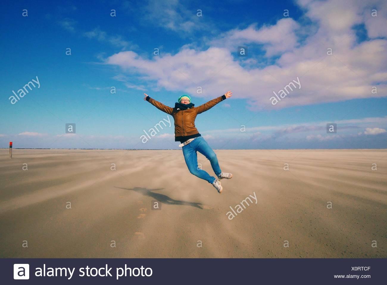 La longitud completa de la mujer despreocupada en paisaje de playa Imagen De Stock