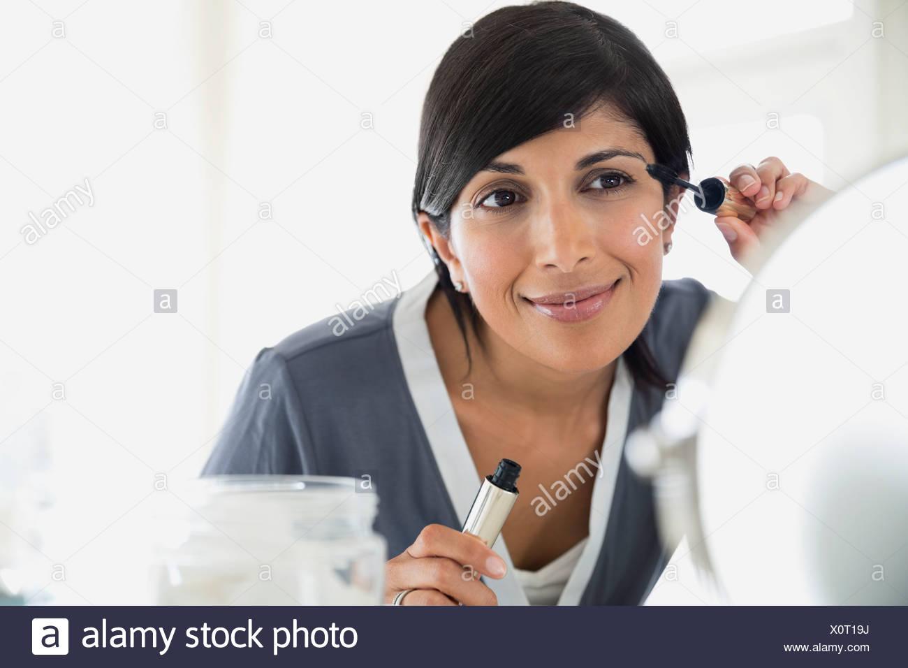 Hermosa mujer madura de aplicar el rímel Imagen De Stock