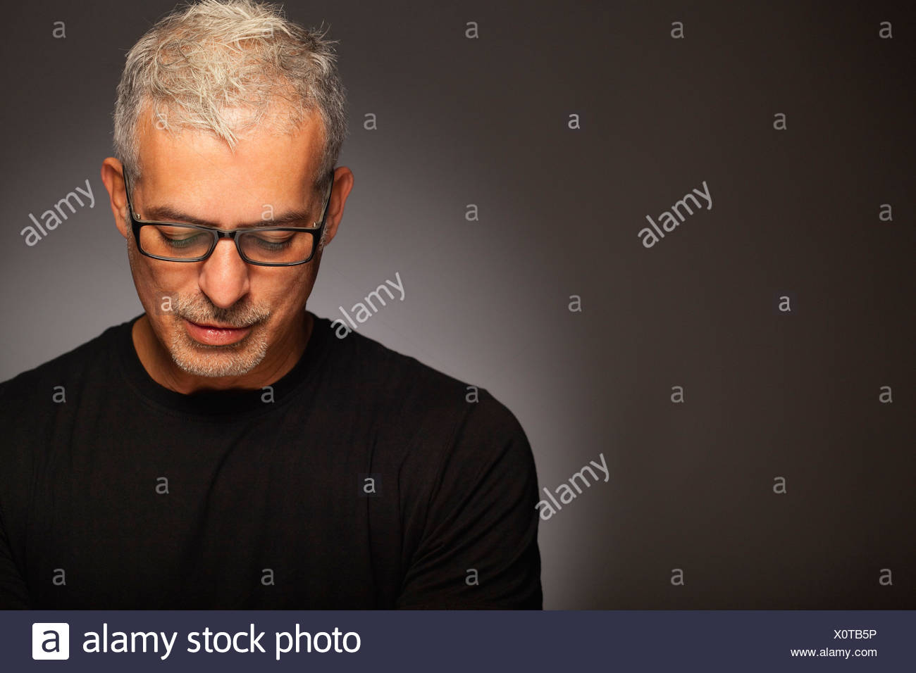 Hombre atractivo retrato sofisticado estilo fresco Foto de stock