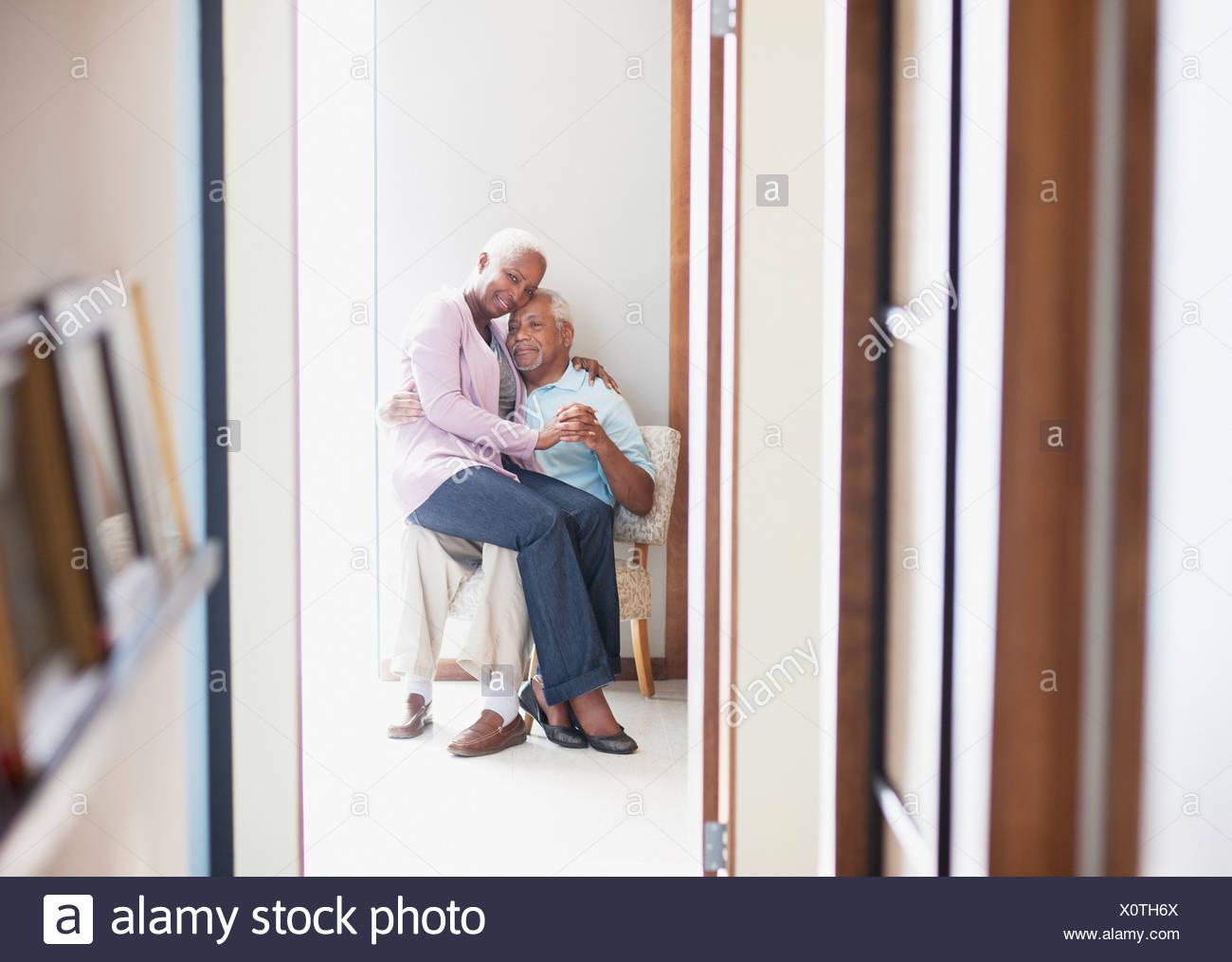 Años 55-59,60-64 años,afecto,envejecimiento,pegado,ropa casual,color image,conexión,día,devoción,vida doméstica,se centran en Imagen De Stock