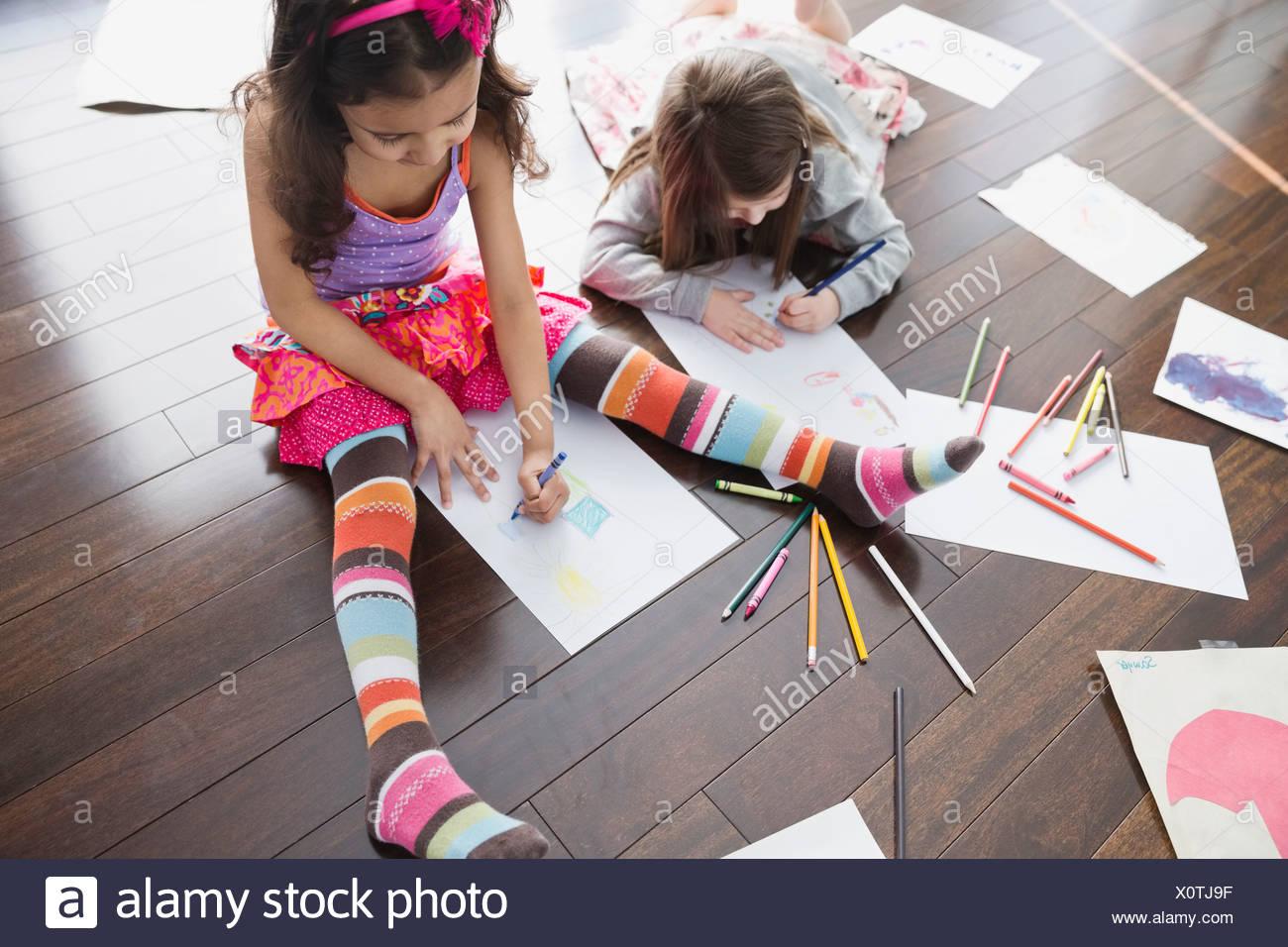 Un alto ángulo de visualización de las niñas en casa para colorear Imagen De Stock