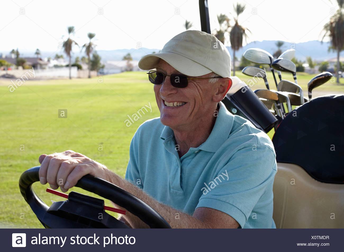 Senior masculino de conducción golfer cochecito de golf Imagen De Stock