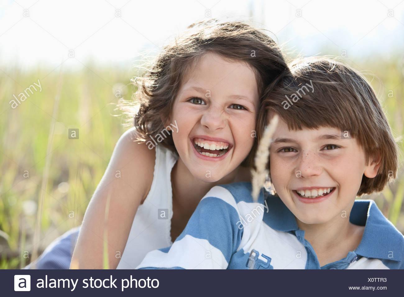 Alemania, Baviera, Boy (10-11 años) y la niña (8-9 años) jugando, sonriendo Imagen De Stock