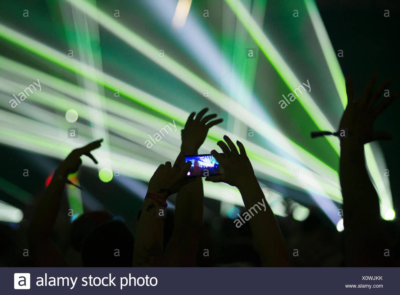 Finlandia, Helsinki, Uusimaa, hombre tomando fotos con el smartphone en el verano Sound Festival Imagen De Stock