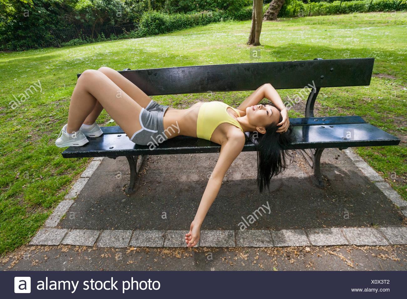 Longitud total de cansado colocar mujer relajación en la playa en el parque Imagen De Stock