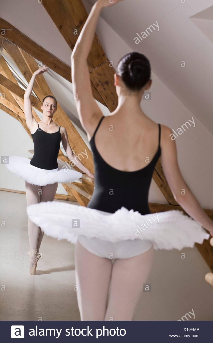9b6108964 Una bailarina de ballet en Pointe con un brazo levantado delante de ...