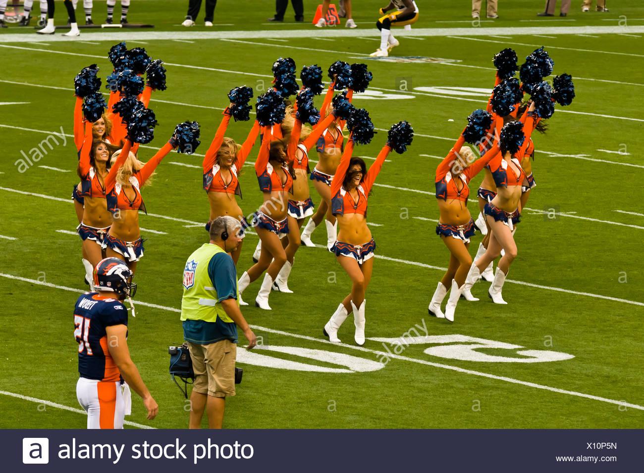 Denver Broncos Cheerleaders, Denver Broncos vs. Pittsburgh Steelers juego de fútbol americano de la NFL, el Invesco Field en Mile High (estadio), Foto de stock
