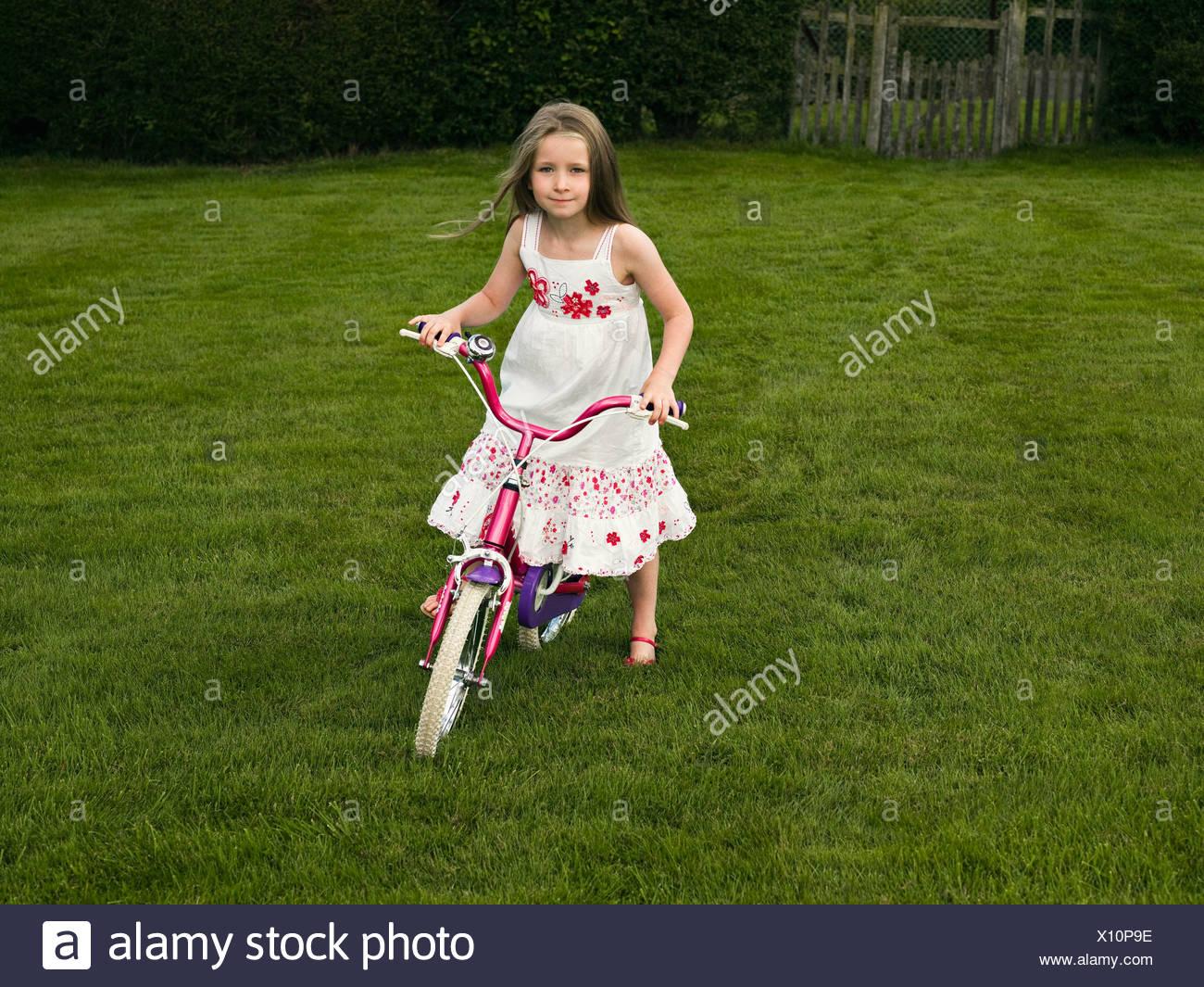 Una joven en bicicleta Foto de stock
