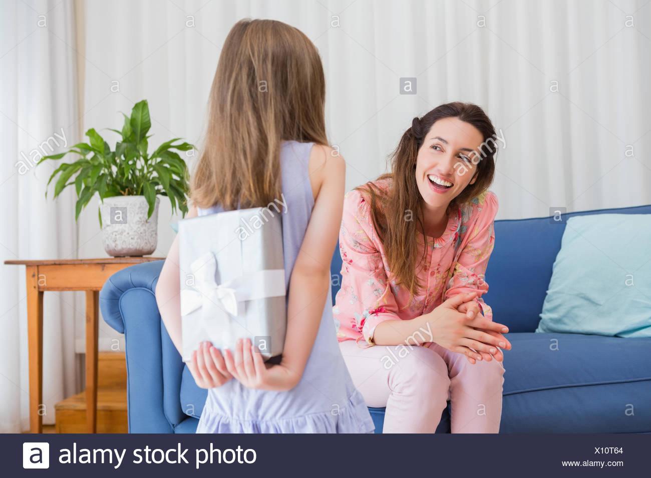 Hija de madre con regalo sorprendente Imagen De Stock