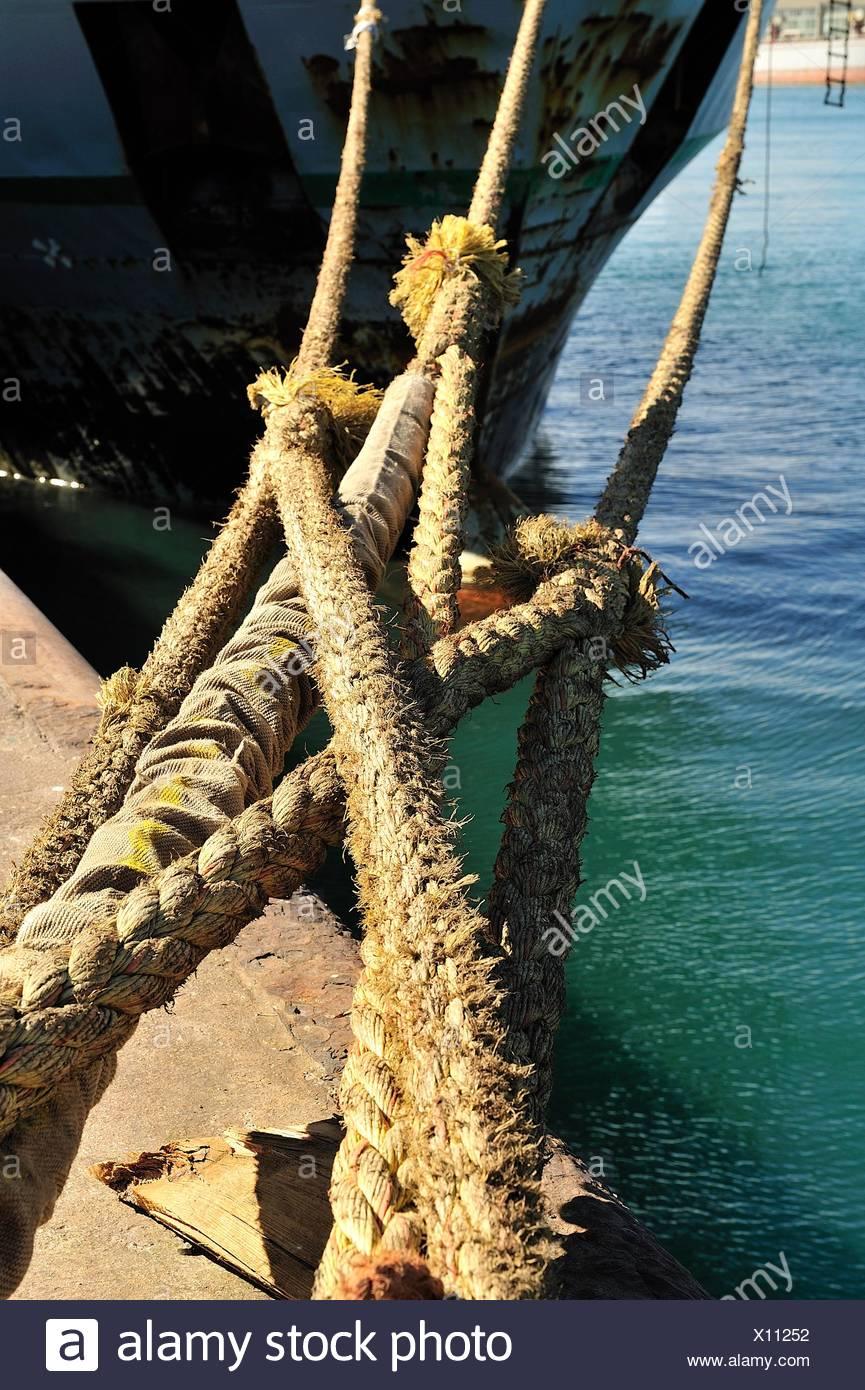 Carguero atracado en el puerto a un Noray Foto de stock