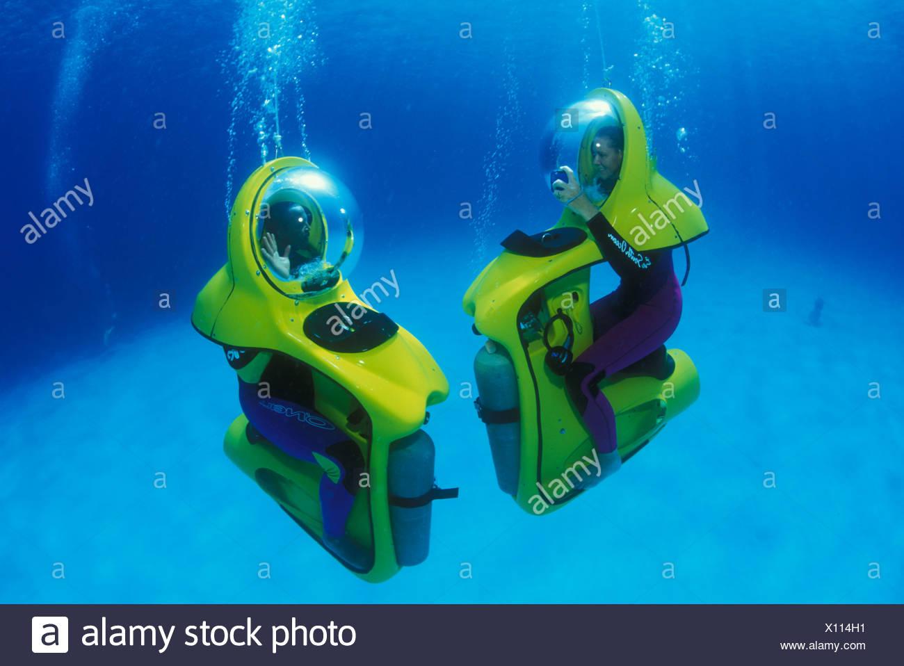 Los buceadores en scooters submarinos llamado BOB Imagen De Stock