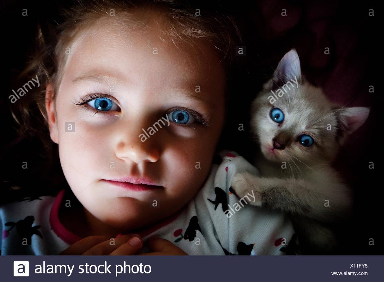 Vista por encima de la cabeza de una niña con su gato Imagen De Stock