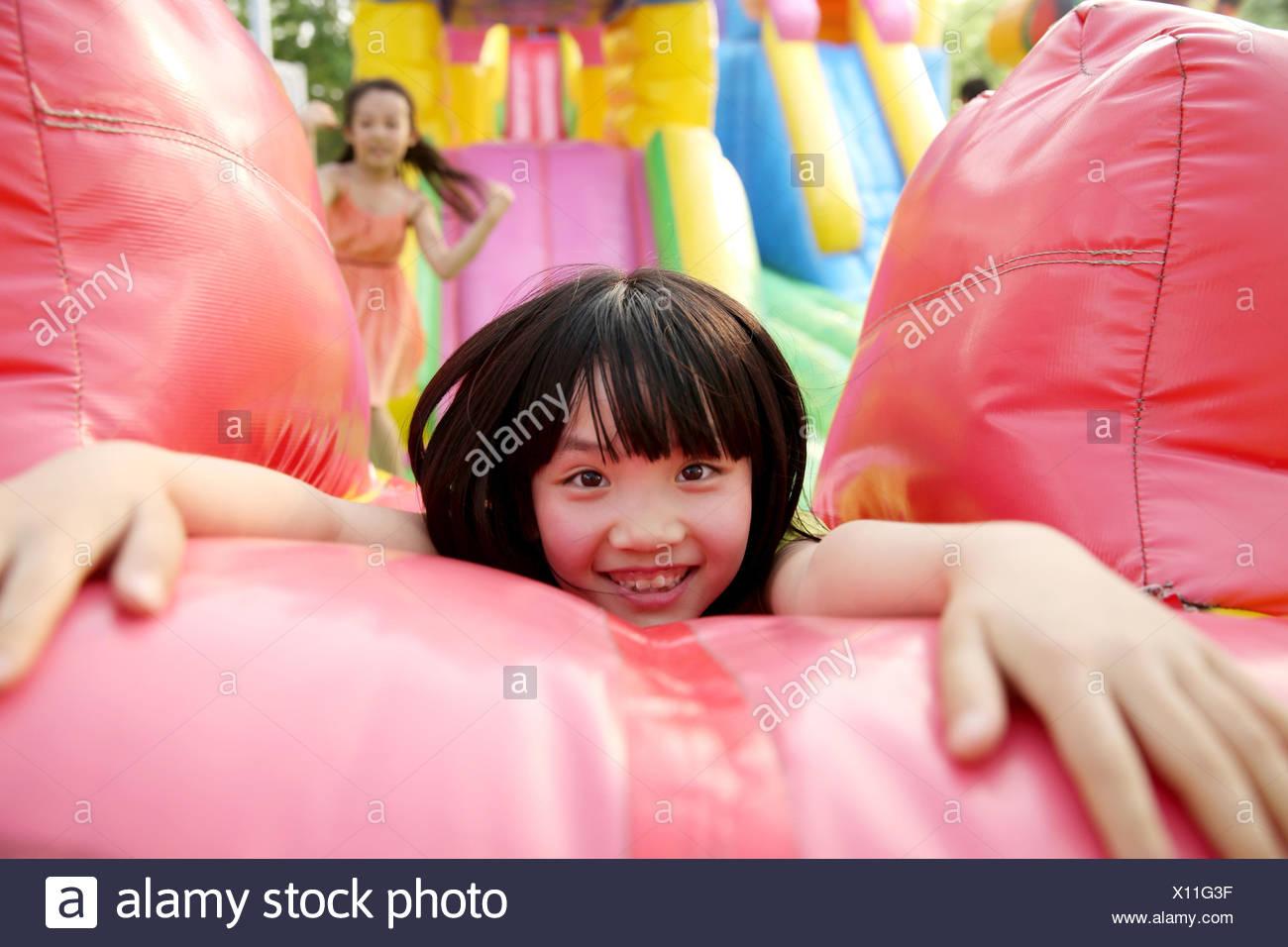 Los niños en el parque de diversiones Imagen De Stock