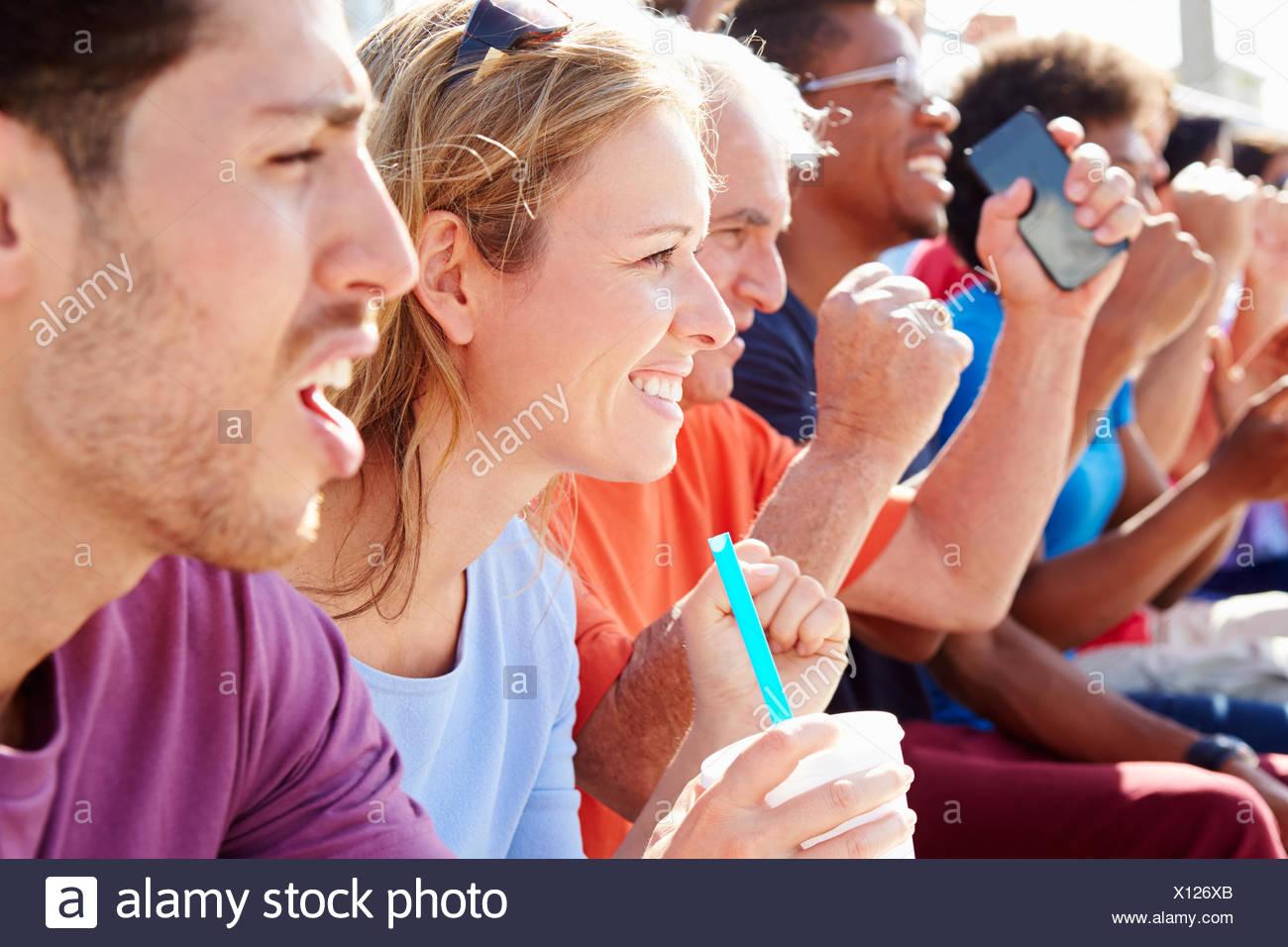 Audiencia vitoreando en un concierto al aire libre Imagen De Stock