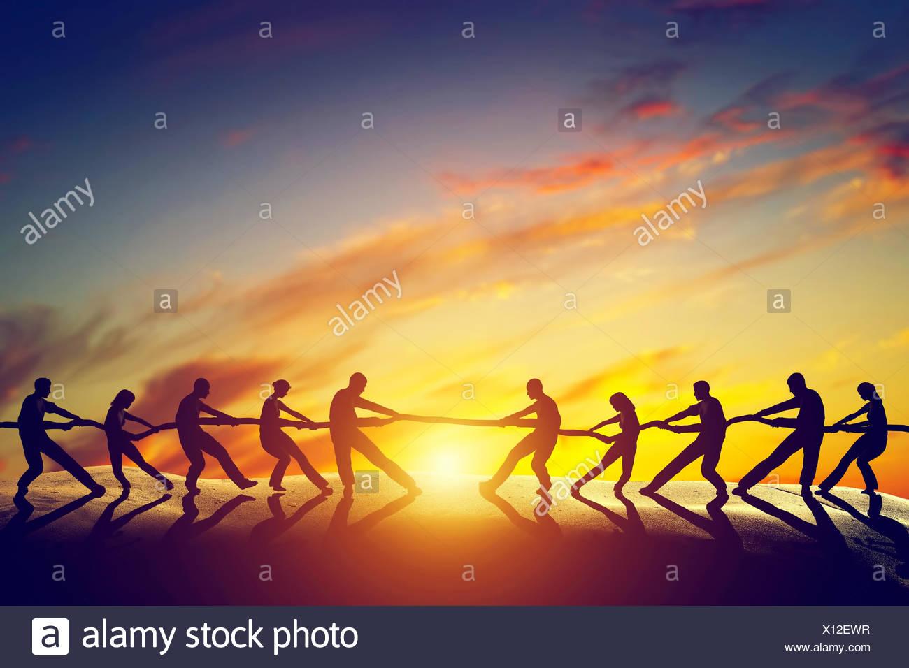Dos grupos de personas tirando de la línea Imagen De Stock