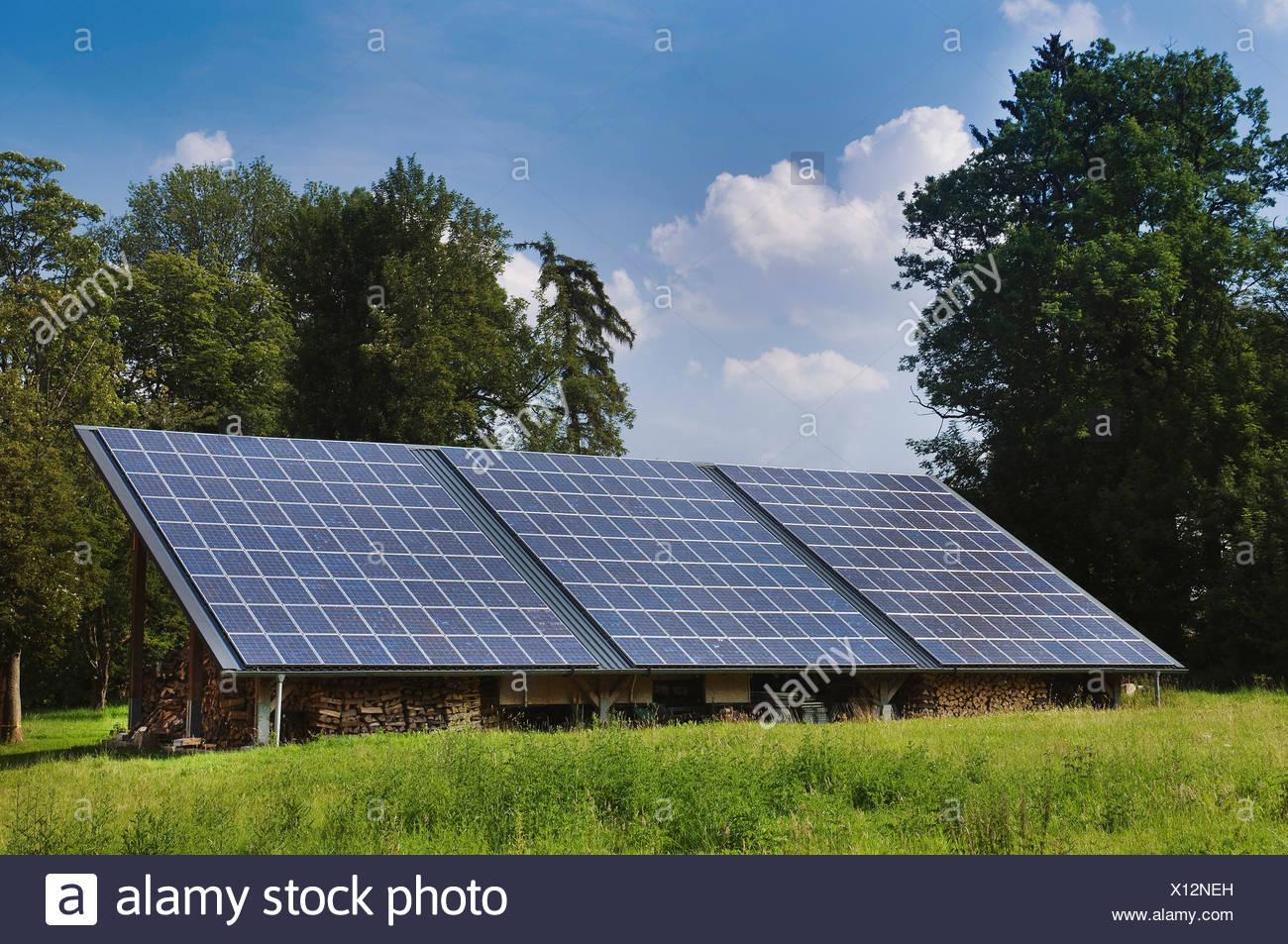 Paneles solares en el tejado de un cobertizo, PublicGround Imagen De Stock