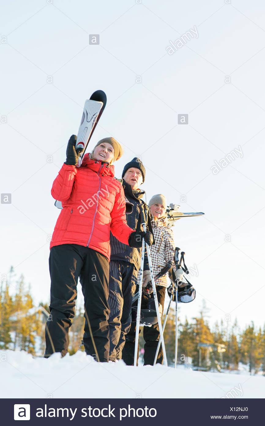 Suecia, Harjedalen, Vemdalen, Klovsjo, padre y dos hijas en vacaciones de ski Imagen De Stock
