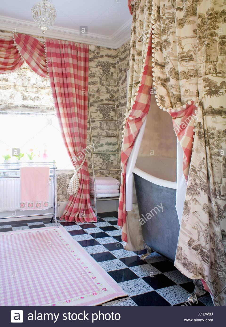 Gris Toile de Jouy cortinas sobre la bañera en el cuarto de baño con ...
