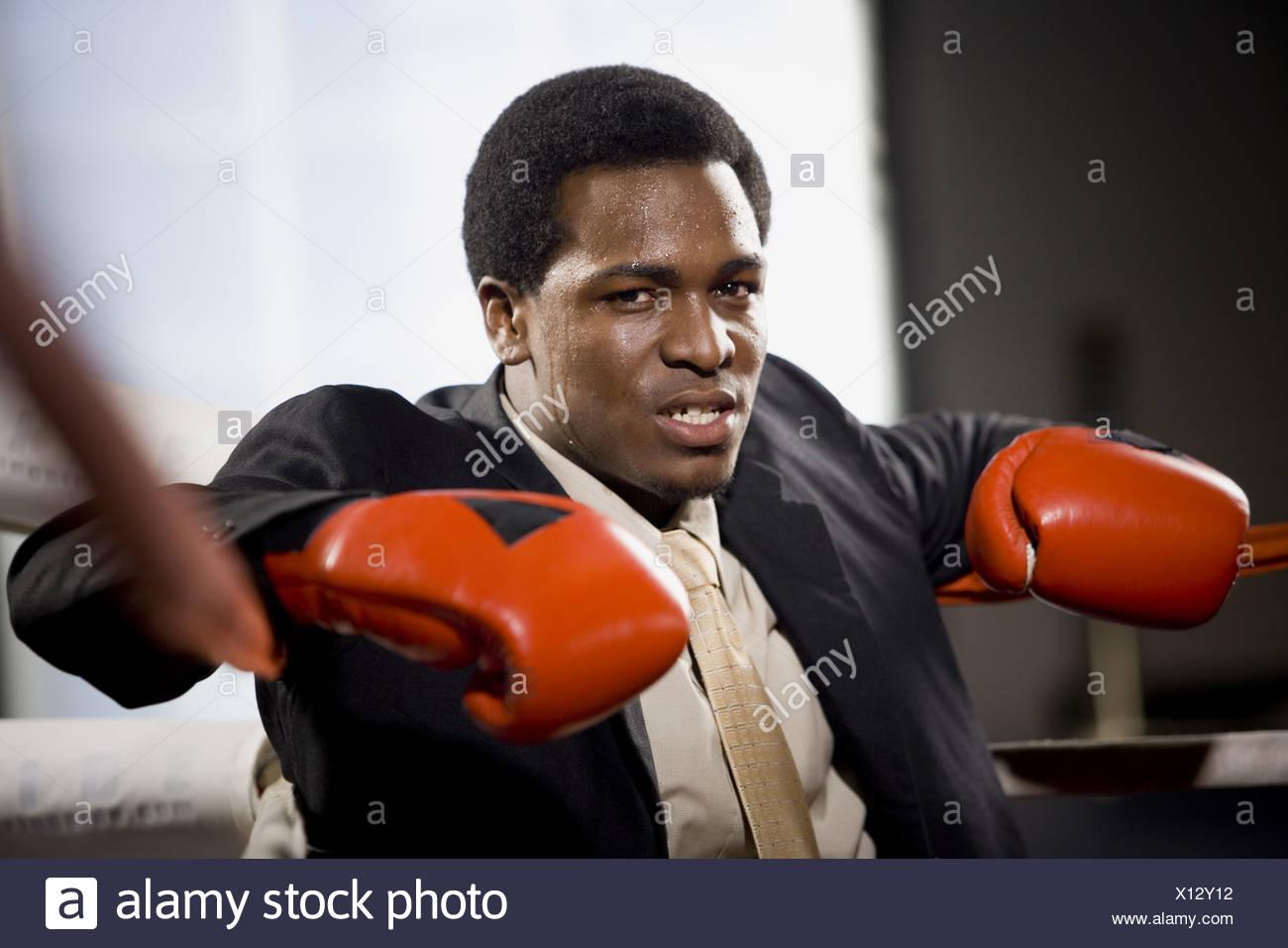 Retrato de un joven sentado en un cuadrilátero de boxeo Imagen De Stock