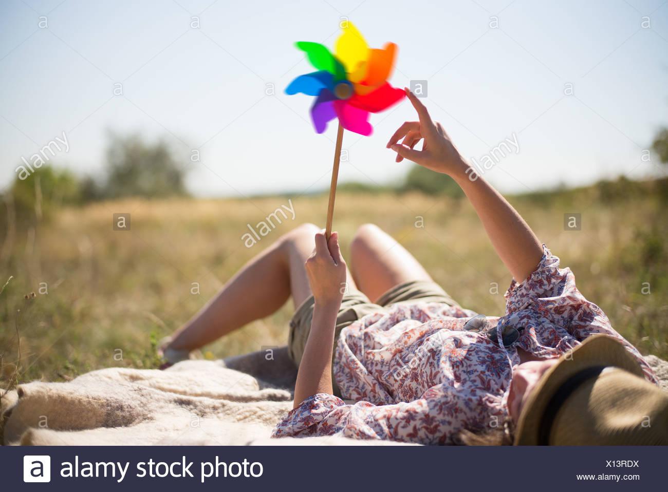 Mujer recostada en la celebración posterior molino Imagen De Stock