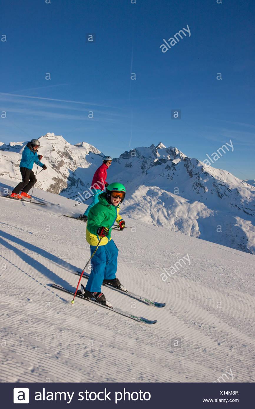 Familia, esquí, deportes de invierno, Brigels, montaña, montañas, familia, esquí, deportes de invierno, tallado, Suiza, Europa, Imagen De Stock