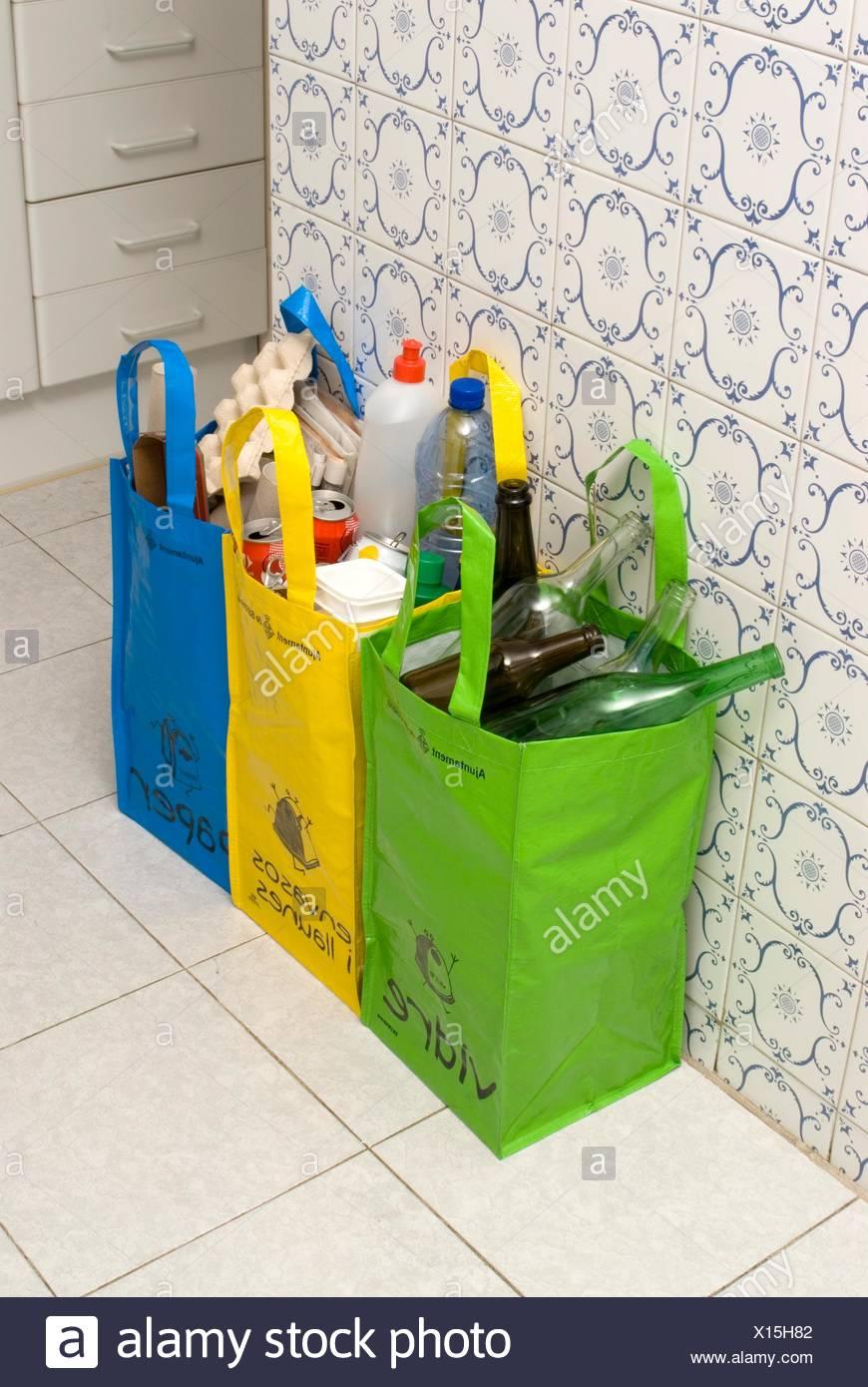 89387dbfa Bolsas de reciclaje de vidrio, plástico y papel en una cocina amueblada por  el Ajuntament de Barcelona